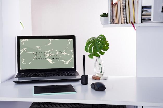 Arbeitsplatz mit laptop und grafiktablett Premium PSD