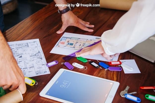 Architekt schreibtisch mit tablet-modell Kostenlosen PSD