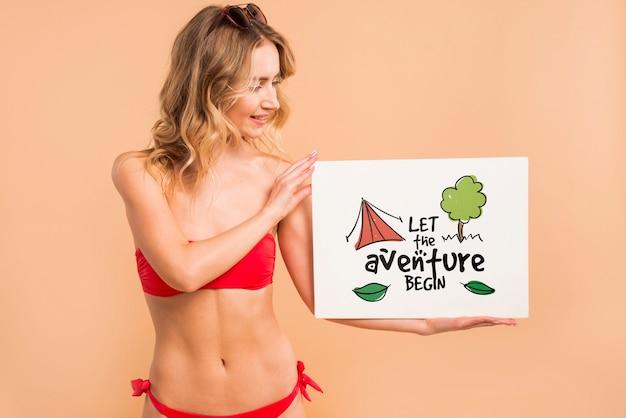 Attraktive frau im bikini, der abdeckungsmodell darstellt Kostenlosen PSD