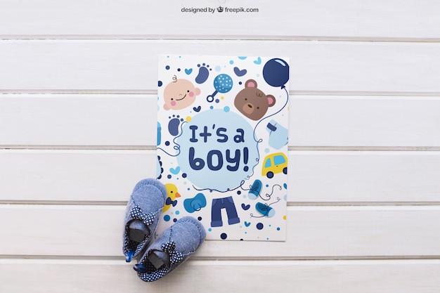 Baby mockup mit papier und schuhe Kostenlosen PSD