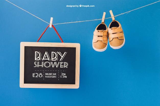 Baby mockup mit schuhen und schiefer auf wäscheleine Kostenlosen PSD