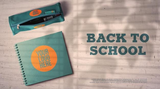 Back to school mockup bleistiftetui und notizbuch auf dem schreibtisch im klassenzimmer Premium PSD