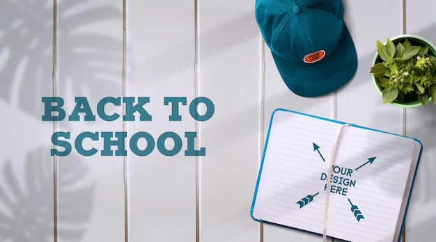 Back to school mockup notebook & kappe auf hellem hintergrund mit realistischen schatten Premium PSD