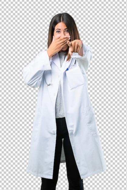 Behandeln sie frau mit stethoskop mit dem finger auf jemand zeigend und viel lachend Premium PSD