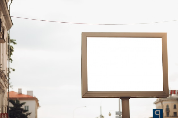 Bilbard mit mehrfarbiger werbung und beleuchtung steht bei tageslicht auf der straße, foto unten Kostenlosen PSD