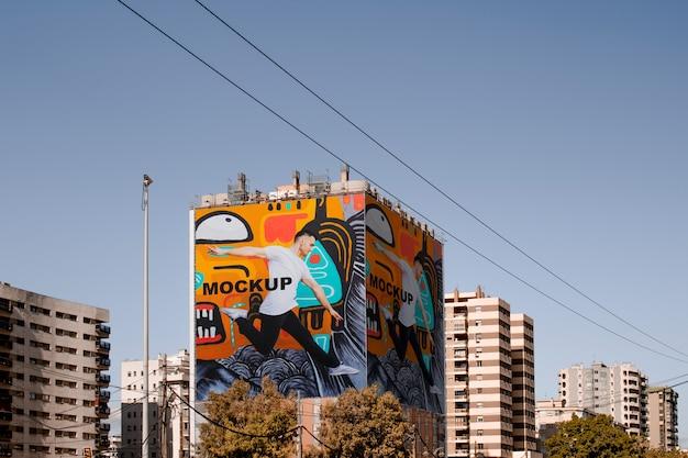 Billboard-mock-up um das gebäude gewickelt Kostenlosen PSD