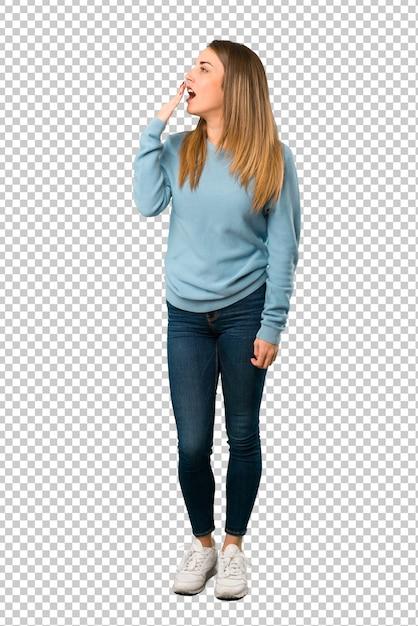 Blonde frau mit dem blauen hemd, das weit offenem mund mit der hand gähnt und bedeckt Premium PSD