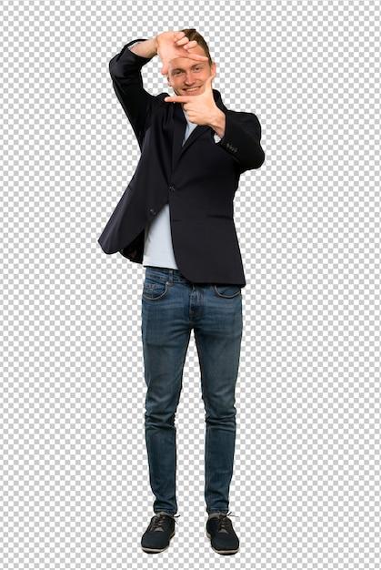 Blondes gutaussehendes mannfokussierungsgesicht. framing-symbol Premium PSD