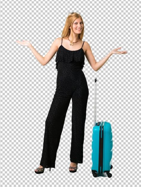 Blondes mädchen, das mit ihrem koffer stolz und selbstzufrieden in konzept der liebe sich reist Premium PSD
