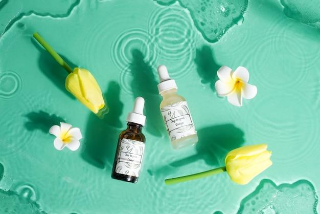 Blumenset mit modellflaschen natürlicher lotion und blumen. Premium PSD