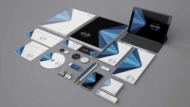 Briefpapiermodell mit verschiedenen objekten Kostenlosen PSD