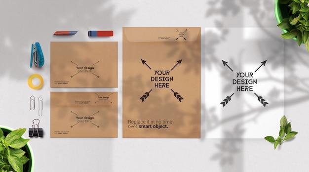 Briefumschlag und leeres papiermodell, briefpapier mit baumschatten Premium PSD