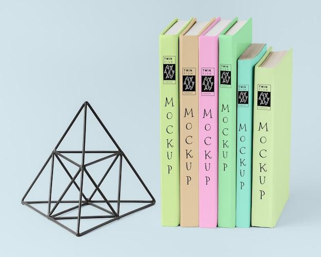 Bücheranordnung mit pyramidenfigur Kostenlosen PSD