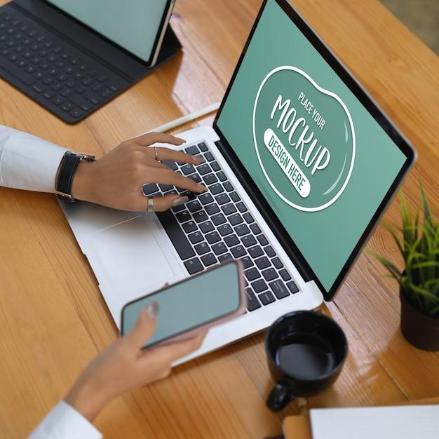 Büroangestellter mit laptop-modell, tablet und zubehör Premium PSD