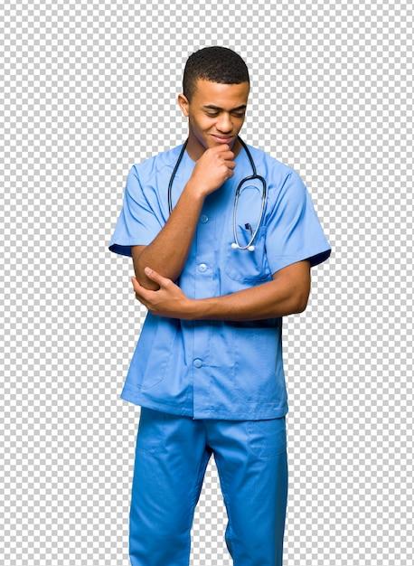 Chirurg doktormann, der unten mit der hand auf dem kinn schaut Premium PSD