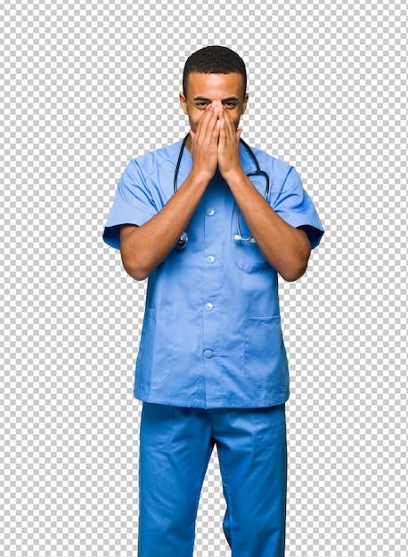 Chirurgendoktor, der viel beim bedecken des munds lächelt Premium PSD