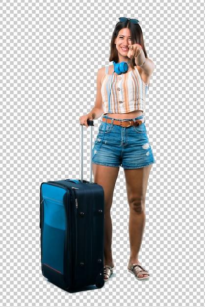 Das mädchen, das mit ihrem koffer reist, zeigt finger auf sie mit einem überzeugten ausdruck Premium PSD
