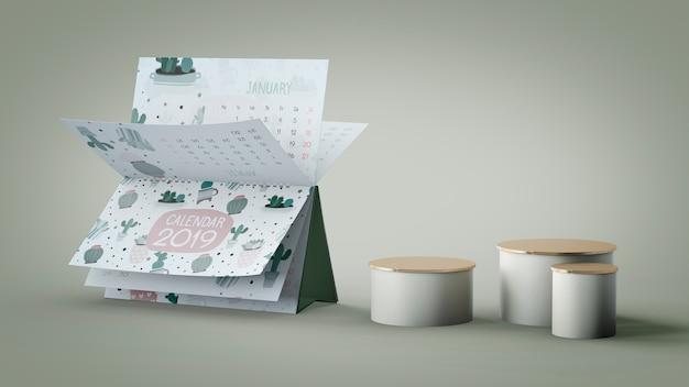 Dekoratives kalendermodell gegen wand Kostenlosen PSD