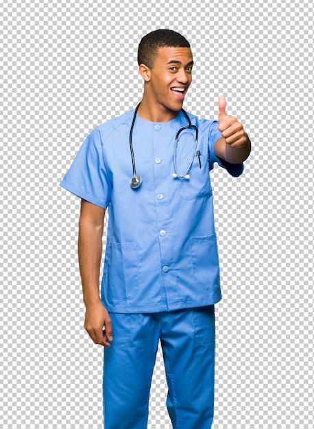 Der chirurgdoktormann, der daumen hoch gibt, gestikulieren, weil etwas gutes geschehen ist Premium PSD