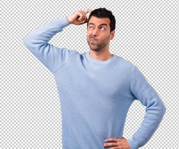 Der gutaussehende mann, der zweifel hat und mit gesichtsausdruck verwirrt Premium PSD