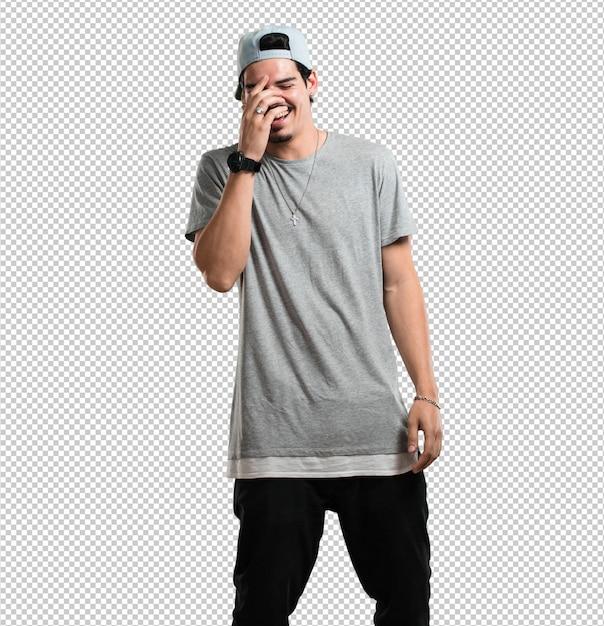 Der junge rapper, der lacht und spaß hat, entspannt und fröhlich ist, fühlt sich sicher und erfolgreich Premium PSD