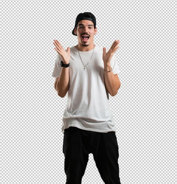 Der junge rappermann, der überrascht und entsetzt ist und mit den breiten augen, aufgeregt durch ein angebot oder durch einen neuen job, schaut, gewinnen konzept Premium PSD