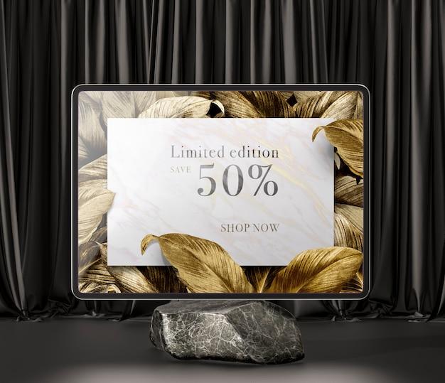 Digitales tablet mit goldenen blättern auf marmor Kostenlosen PSD