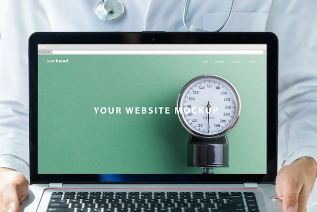 Doktor, der laptopmodell für website hält Kostenlosen PSD