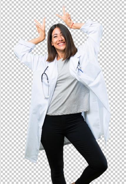 Doktorfrau mit stethoskop macht lustiges und verrücktes gesichtsgefühl Premium PSD