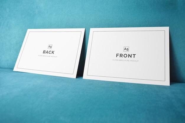 Doppelter horizontaler a5-flyer auf einem wandmodell Premium PSD