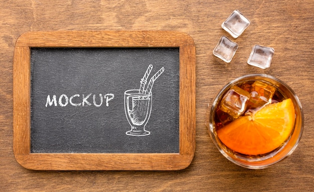 Draufsicht alkoholische getränke mit tafelmodell Kostenlosen PSD