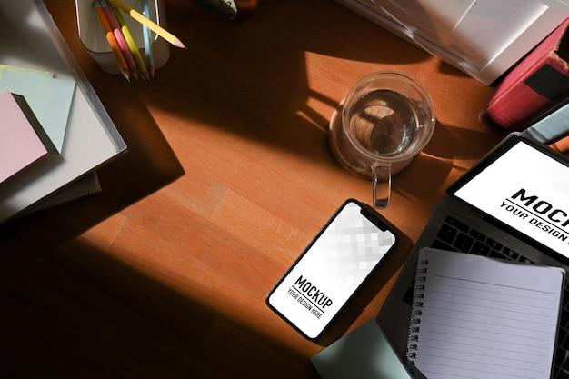 Draufsicht auf arbeitsbereich mit digitalem tablet- und smartphone-modell Premium PSD