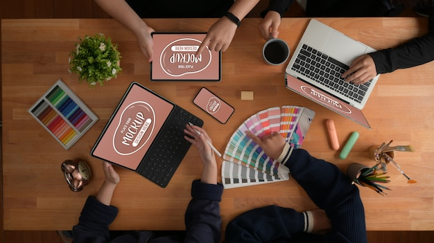 Draufsicht auf das briefing des designer-teams zu ihrem projekt mit einem modell der geräte Premium PSD