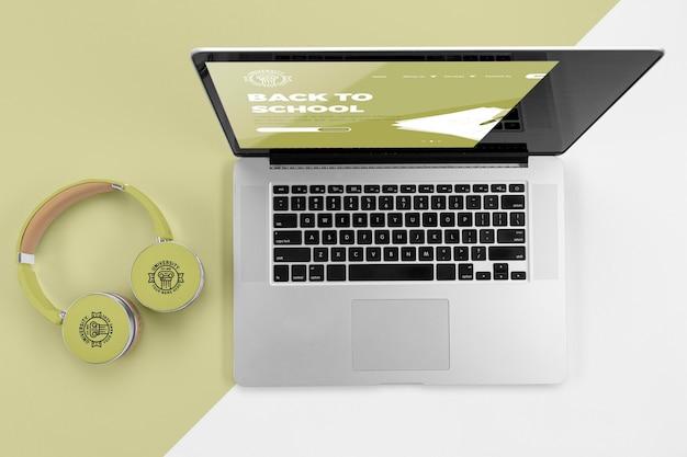 Draufsicht auf kopfhörer zurück zur schule mit laptop Kostenlosen PSD
