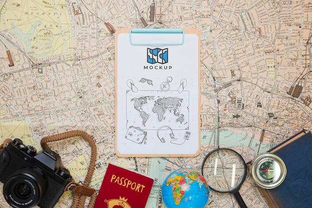 Draufsicht auf notizblock mit reiseutensilien und kamera Kostenlosen PSD