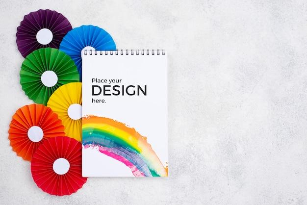 Draufsicht auf regenbogenfarbene rosetten und notizbuch Kostenlosen PSD