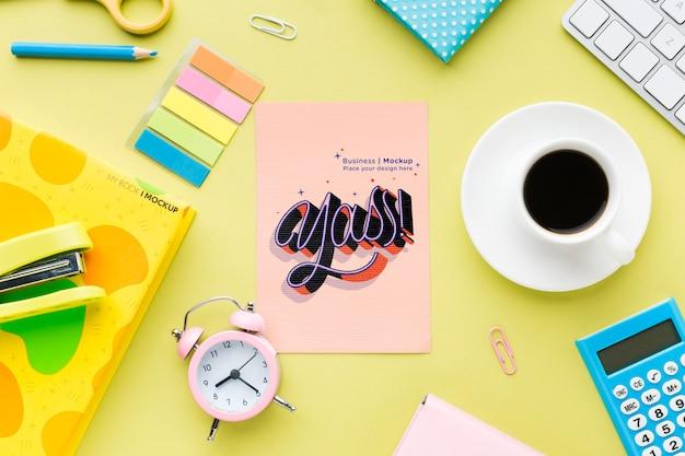 Draufsicht auf schreibtisch mit kaffee und uhr Kostenlosen PSD