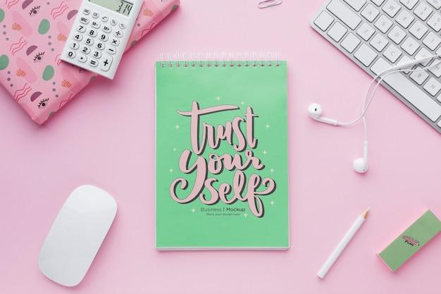 Draufsicht auf schreibtisch mit notebook und kopfhörern Kostenlosen PSD
