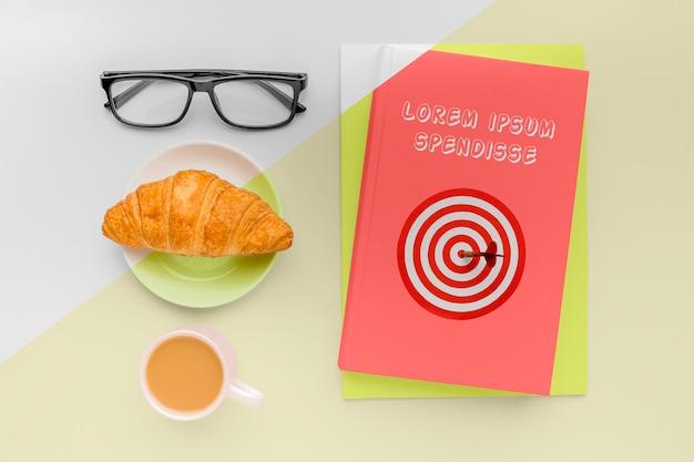Draufsicht buchumschlag modellkomposition mit tasse kaffee und croissant Kostenlosen PSD