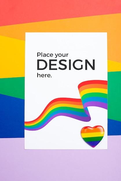Draufsicht der regenbogenfarben auf papier und herz Kostenlosen PSD