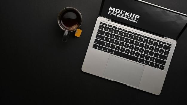 Draufsicht des arbeitsbereichs mit laptop-modell und kaffeetasse Premium PSD