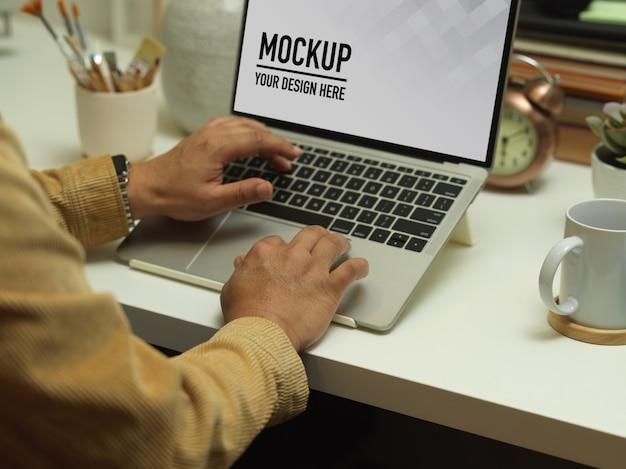 Draufsicht des arbeitsbereichs mit laptop-modell Premium PSD