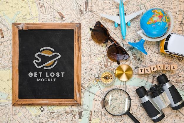 Draufsicht des rahmens mit sonnenbrille und globus für das reisen Kostenlosen PSD