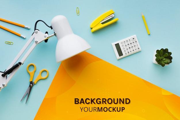 Draufsicht des schreibtisches mit lampe und pflanze Kostenlosen PSD