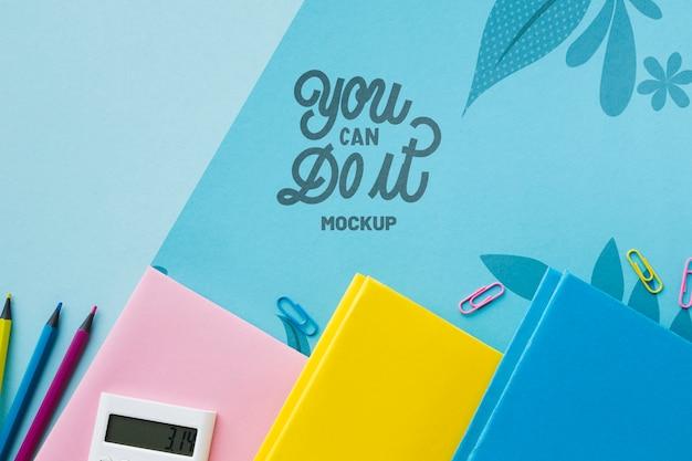 Draufsicht des schreibtisches mit notizbüchern und stiften Kostenlosen PSD
