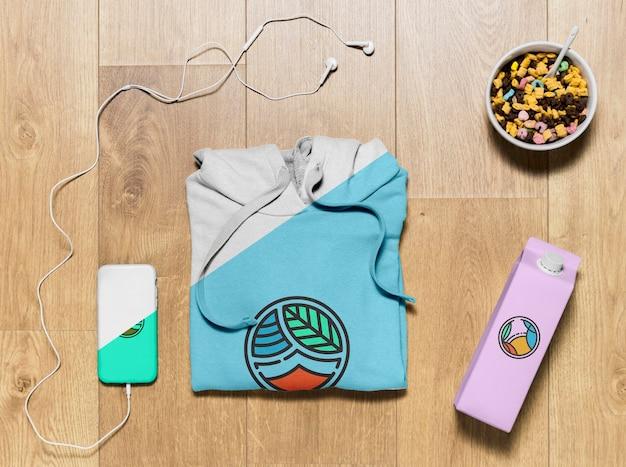 Draufsicht gefaltetes hoodie-modell mit telefonkasten, flasche und imbiss Kostenlosen PSD
