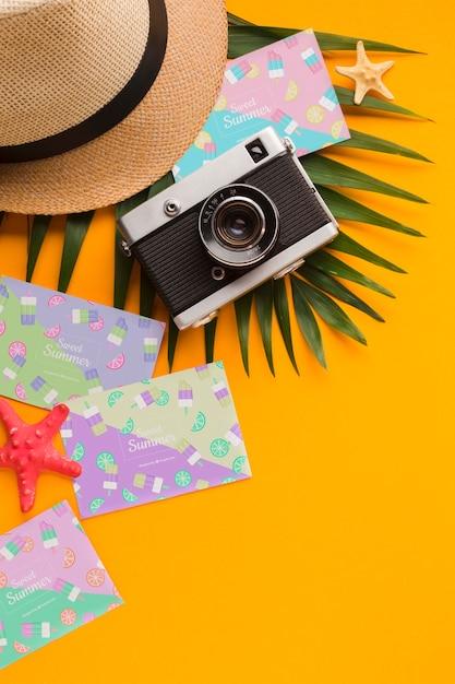Draufsicht-reisehut mit sommerkarten und kamera Kostenlosen PSD