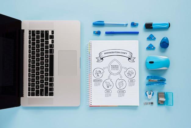 Draufsicht schreibtischkonzept mit laptop Kostenlosen PSD