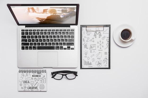 Draufsichtaufbau mit laptop und büroartikel Kostenlosen PSD