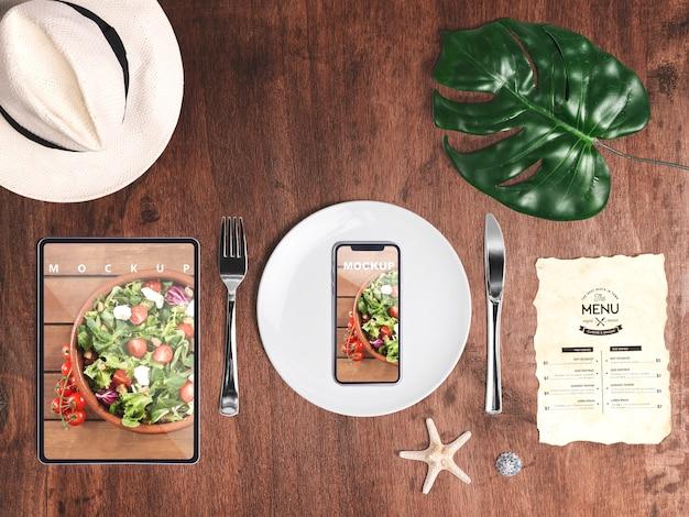 Editierbares flachgelegtes smartphone-modell mit sommerelementen Kostenlosen PSD